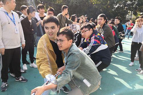 学员参与拔河比赛